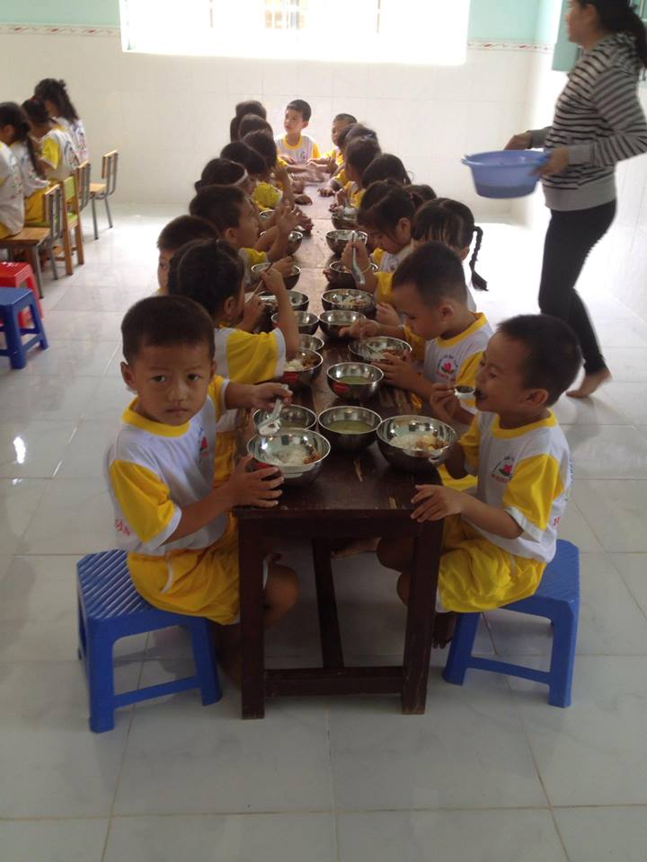 Giờ ăn trưa của trẻ